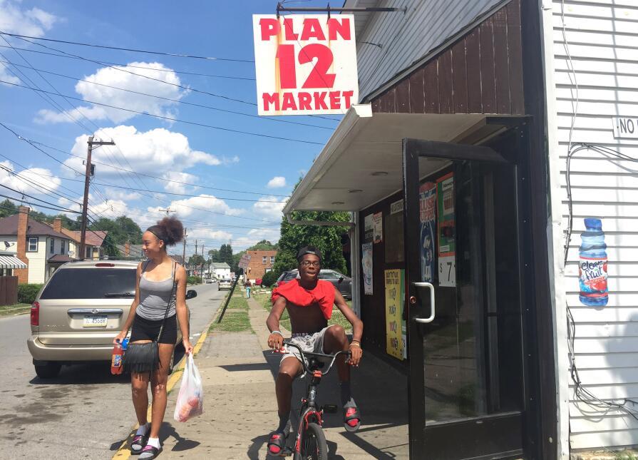 Clientes saliendo de Plan 12 Market, Aliquippa