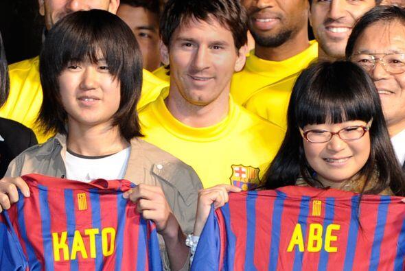 Los niños y niñas, de entre 9 y 12 años, recibieron las camisetas de man...