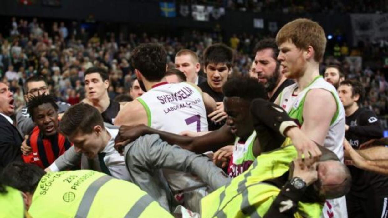 Jugadores del Bilbao Baske y el Baskonia de la liga ACB se agarraron a g...