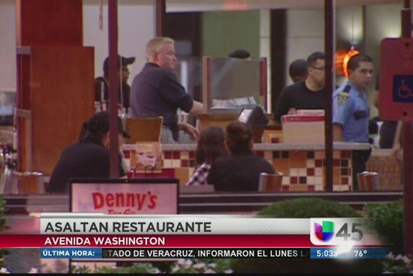 Un robo a mano armada en el restaurante Denny's de la Avenida Washington...