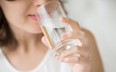 Consejos para reducir la retención de líquidos: mientras más agua bebas,...