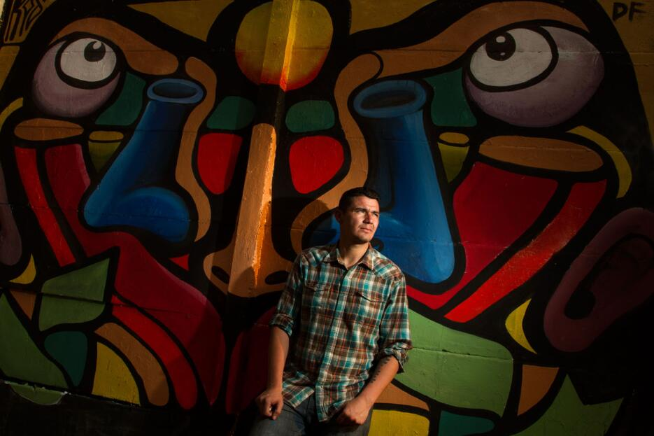 Rod Villa y su mural.