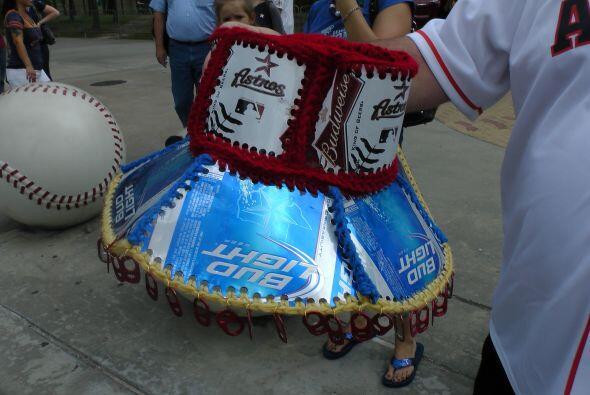Pues es hecho con latas de cerveza e hilo de tejer… ¡Que dedicación!