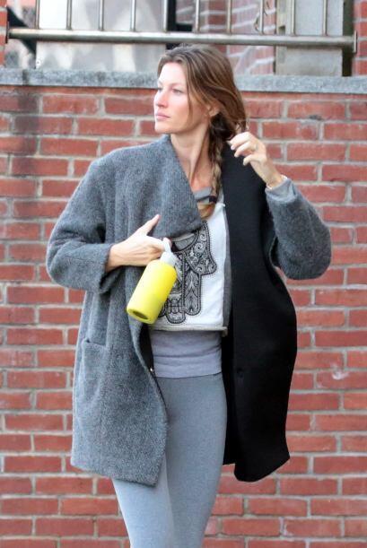 """Con un abrigo holgado que cubría su """"outfit"""", Gisele se veía divina.  Aq..."""