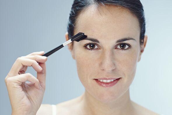 Péinalas. Usa un cepillo para cejas para peinarlas hacia arriba, dándole...