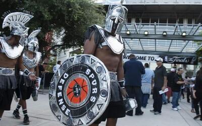 Seguidores de los Spurs de San Antonio visten disfraces antes del juego...