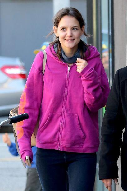 Skinni jeans, un hoodie rosado y botas negras, no podía parecer Katie má...