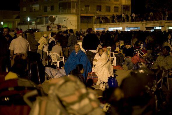 A consecuencia del terremoto, la gente prefirió salir de sus casas para...