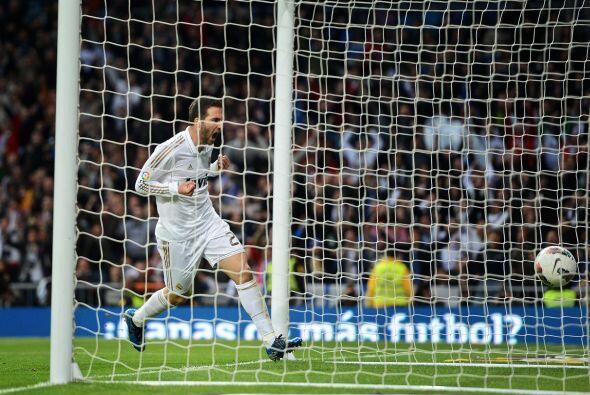 Gonzalo Higuaín apareció sin marca y cabeceó a placer para el 1-1.