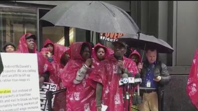 Empleados de McDonalds realizan manifestaciones en las que piden aumento de sueldos