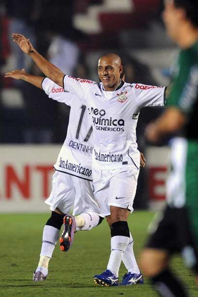 El veterano Roberto Carlos festejó el pase de su equipo a octavos de fin...