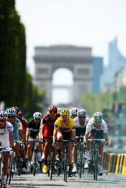 Coronado en los Campos Elíseos de París, como nuevo rey del Tour de Fran...