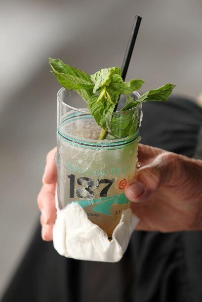 El Mint Julep, un cóctel en base a bourbon, menta y azúcar, es la bebida...