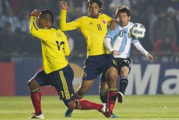 Aguilar y Guarín estuvieron muy cerca de Lionel Messi cuando se movía de...