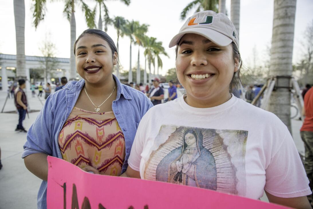 Las hermanas Esmeralda Gómez (15) y Ana Saucedo (18) nacieron en Homeste...