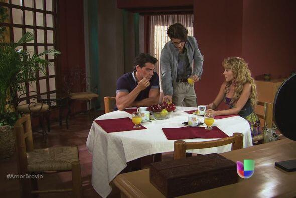 Daniel les dice a Viviana y Rara que el portafolio está vacío.