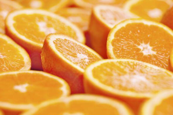 Naranjas: Ya sea en jugo o enteras, estas frutas contienen vitamina C, q...