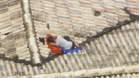 En imágenes: Encuentran a un niño que estaba perdido en el techo de una...