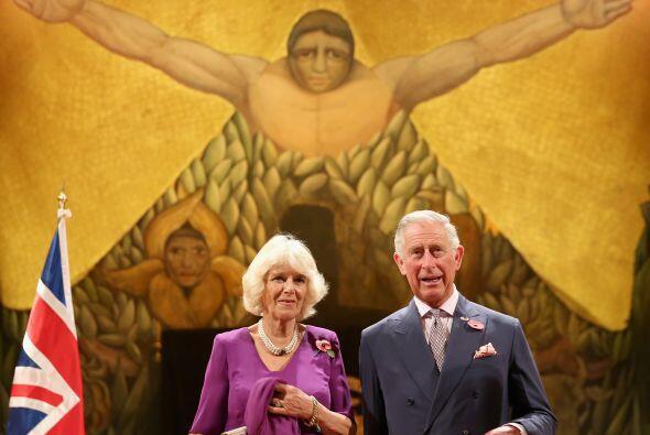 El heredero primero en sucesión al trono británico firmó el Libro de las...