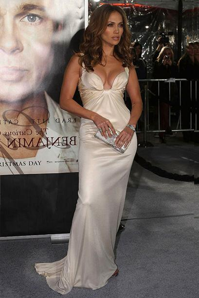 Angelina Jolie parecía una monja de las misiones al lado de JLO en la pr...