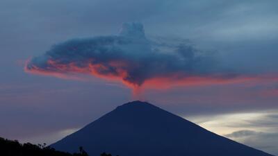 Una semana expulsando lava, humo y ceniza: la erupción del volcán Agung en Indonesia (fotos)