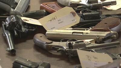 Policía de Chicago entregó cheques de 100 dólares a quien voluntariamente entregara su arma