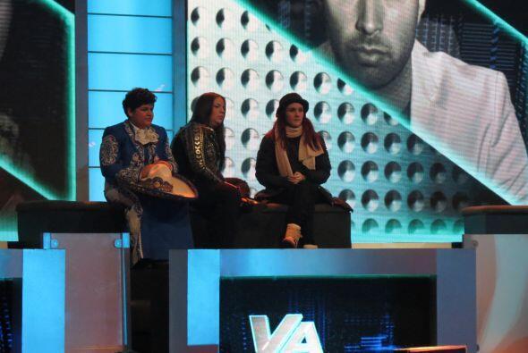 Dulce se sentó con Yazaira y Stephanie en las gradas.