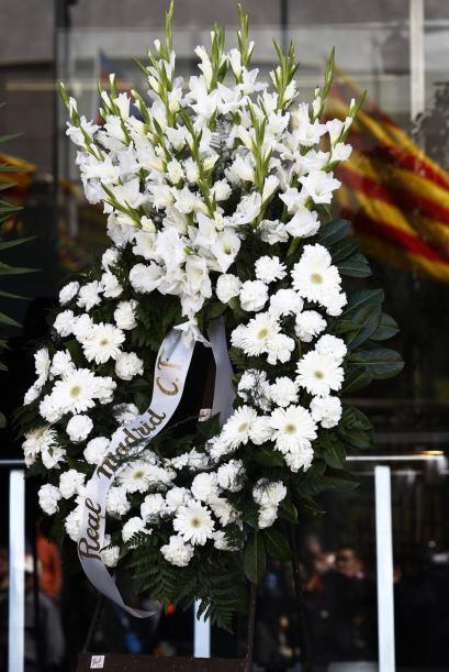 Ya son varias las coronas que se apilan en las puertas del club, junto a...