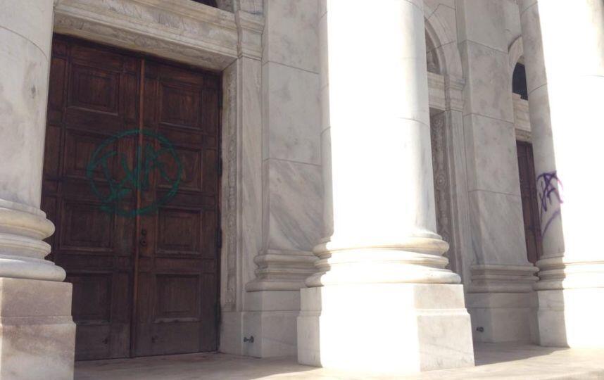 Los actos de vandalismo ocurrieron luego de un día de alta tensión y enf...