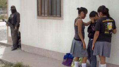 Según las distintas versiones, la directora revisó a las chicas alzándol...