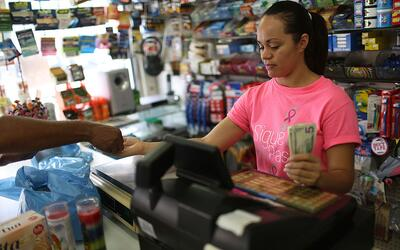 Yudelkis Hernández hace una venta en San Juan, Puerto Rico. Los p...