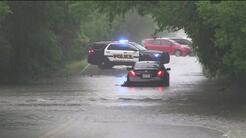 Las fuertes lluvias dejan a un auto detenido en un camino al noroeste de...