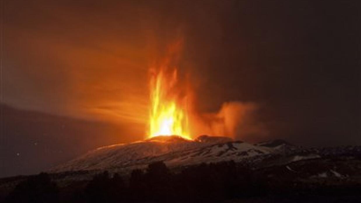 Volcán Etna desde noche.