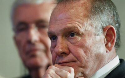 El candidato republicano a senador por Alabama Roy Moore habla en confer...
