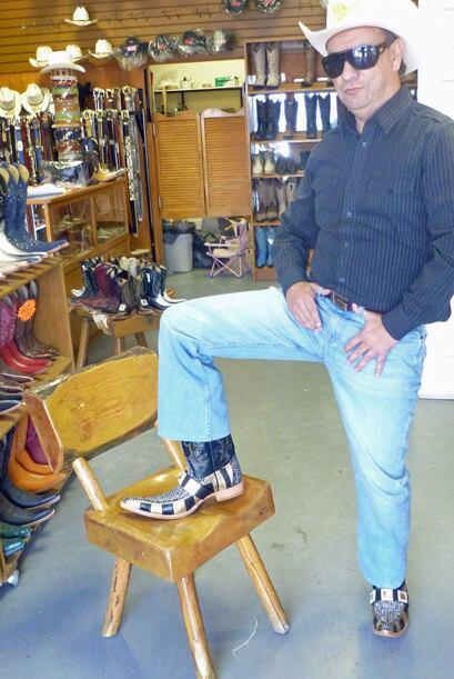 Fernando optó por probarse unas botas en color dorado con negro. Es muy...