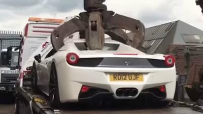 Policía destruye Ferrari 458 Spider