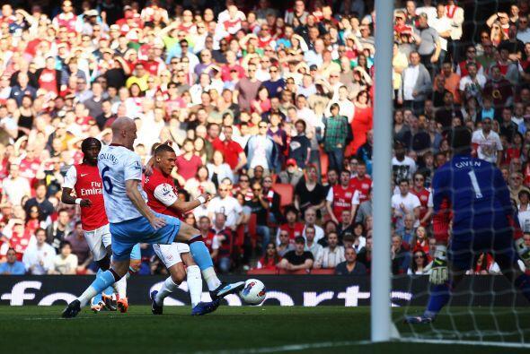 Kieran Gibbs abrió el marcador gracias a un error del portero del Aston...
