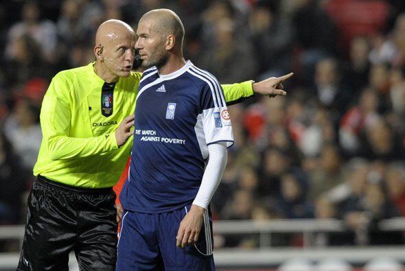 El árbitro de este juego fue el italiano Pierluigi Collina, el cual es e...