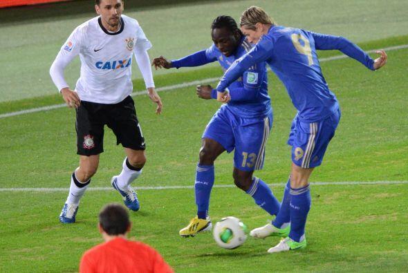 El nigeriano Moses trató de ayudar a Fernando Torres en el ataque, pero...
