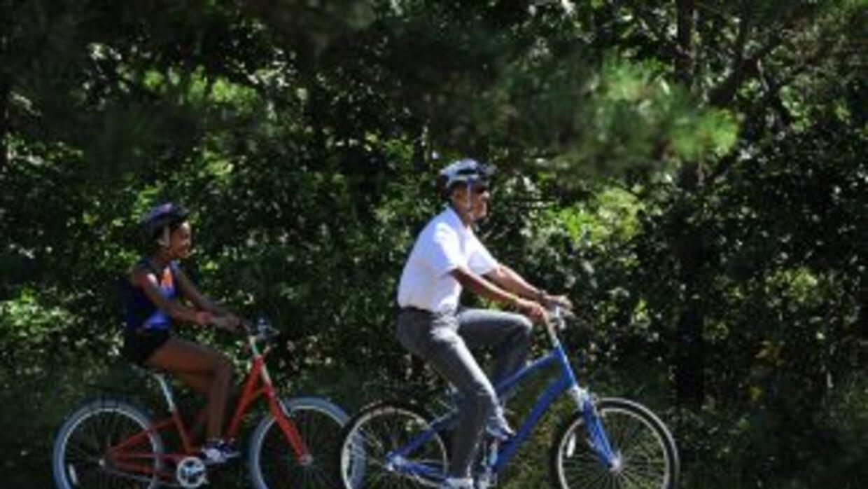 El presidente disfruta de un paseo en bicicleta con su hija Malia en Mas...