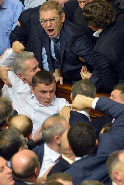 Algunos diputados del bloque Batkivschina, formación liderada por...