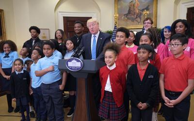 Trump rodeado de niños de una escuela pública en su despacho, el pasado...