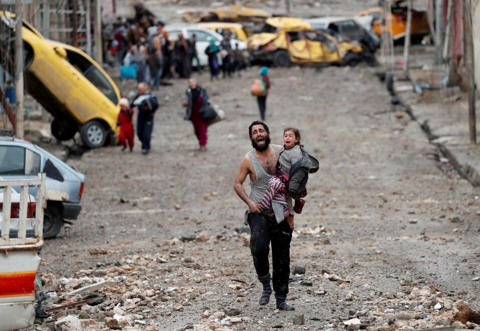 La lucha de Irak y EEUU contra ISIS por Mosul. Un hombre desesperado lle...