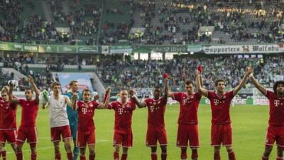 Los jugadores del Bayern de Múnich saludad a su afición tras golear al W...