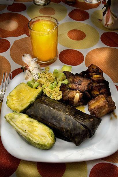 Desayuno chiapaneco: tamal de mole en hoja verde, calabacita al gratin y...