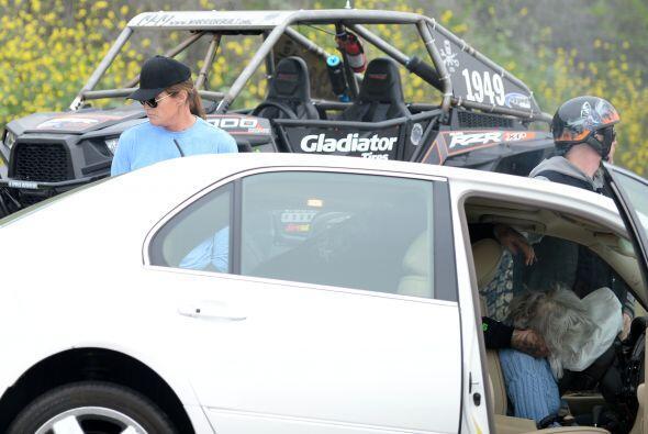 En el choque la conductora de un auto murió y al menos ocho personas más...