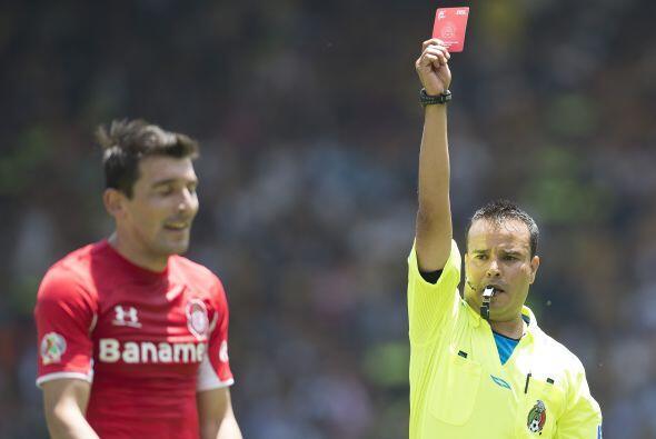 El villano del partido fue Edgar Benítez, el paraguayo se hizo amonestar...
