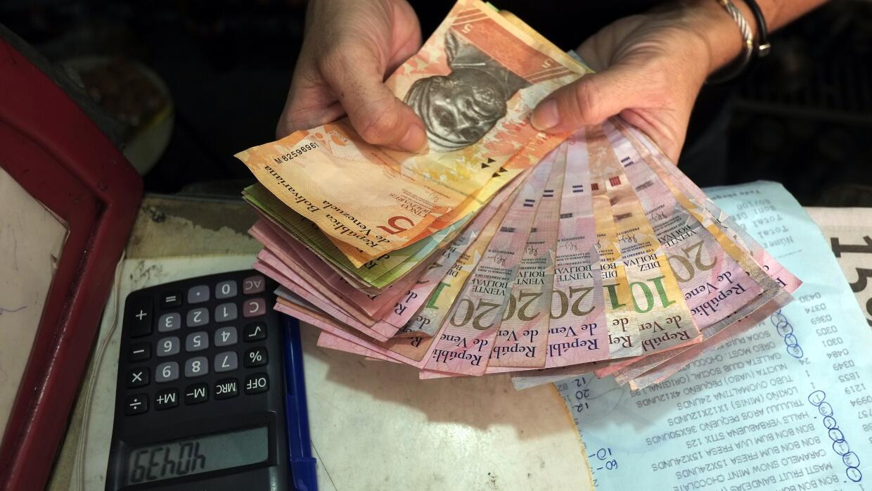 Una vendedora cuenta bolívares