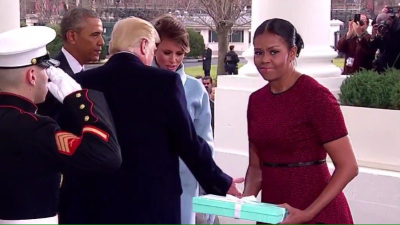Finalmente Michelle explicó por qué hizo esa cara cuando Melania le entregó un regalo