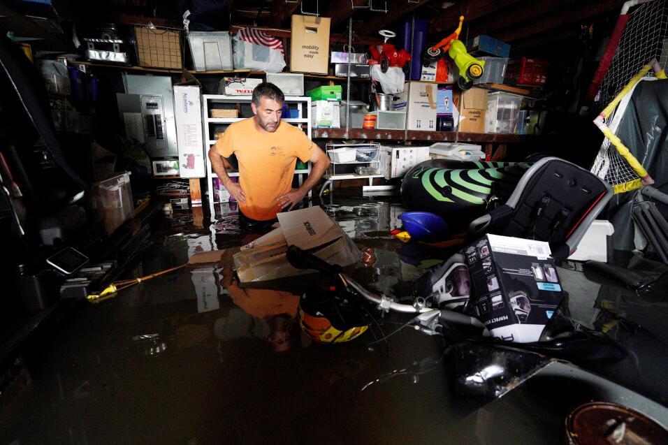 Patrice Laporte, vecino de Houston, llega a su casa que aún está inundada.